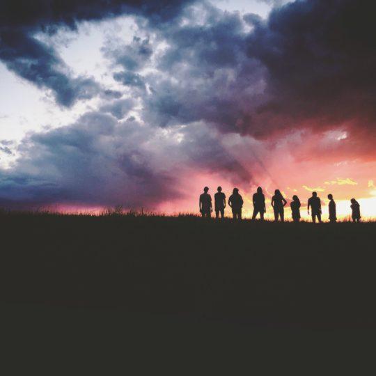 bilde av solnedgang og folk