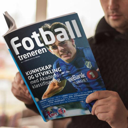 Mann som leser i medlemsbladet Fotballtreneren, laget av Haus Byrå i 2018