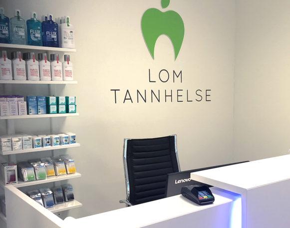 Bilde av logo og profilering hos Lom Tannhelse, laget av Haus Byrå
