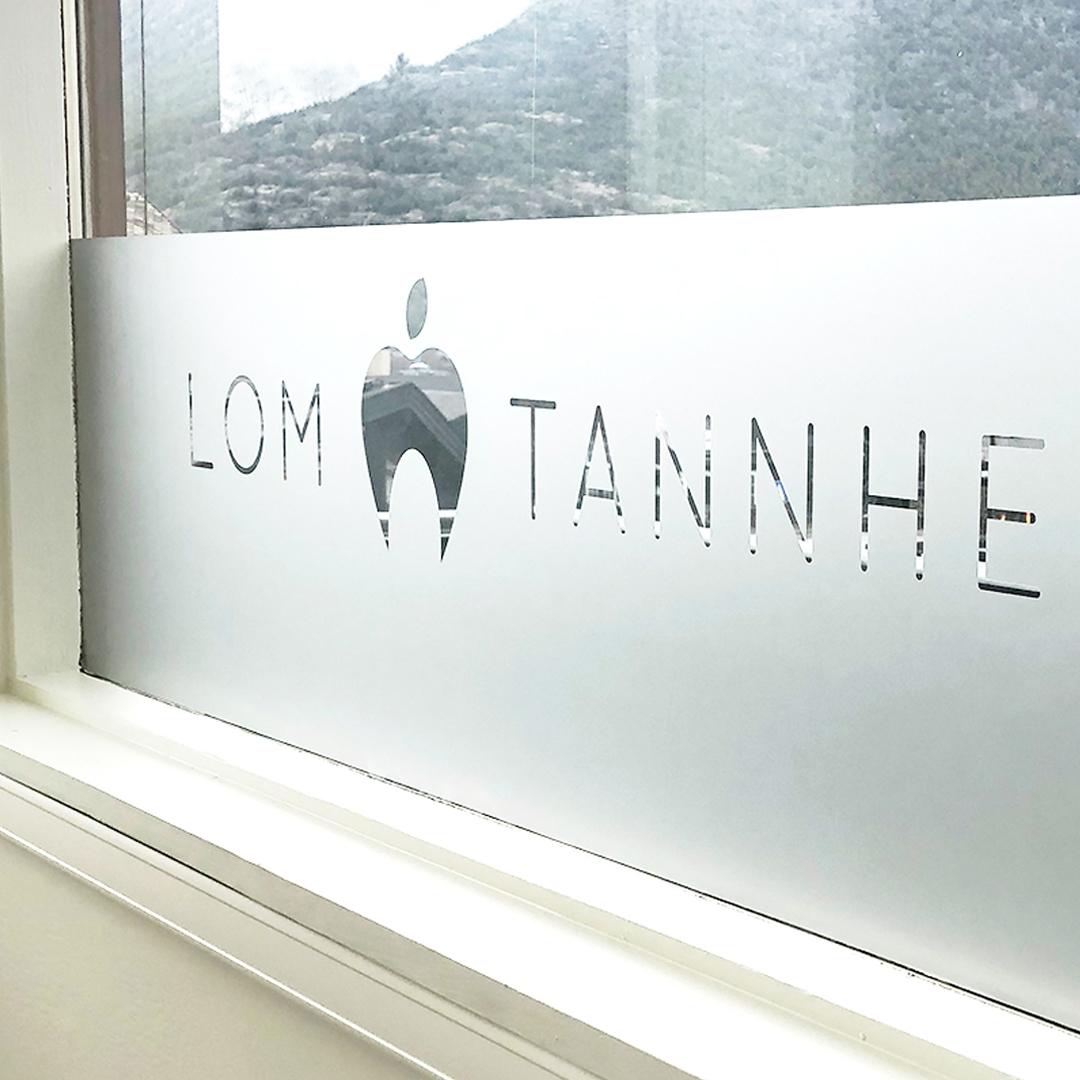 Fin vindusfolie designet til Lom Tannhelse, laget av Haus Byrå