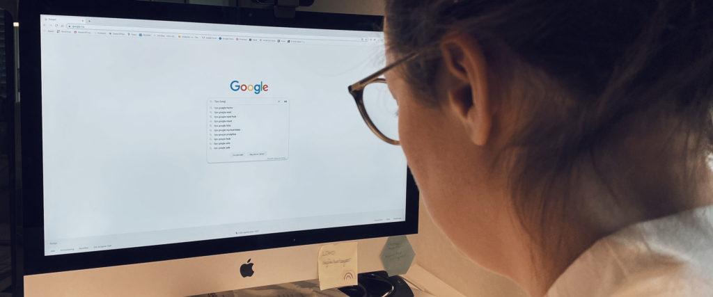 person som googler google ads-tips for bedrifter