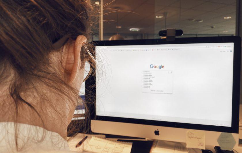 person som leter etter google ads-tips for bedrifter