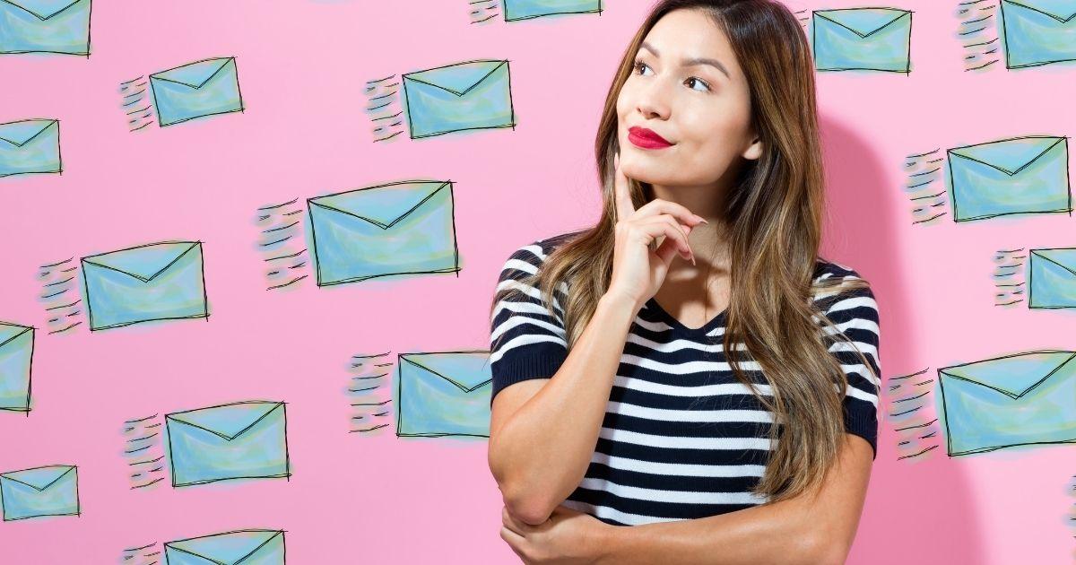 bilde av kvinne i bedrift som lurer på hvorfor hun bør bruke e-postmarkedsføring